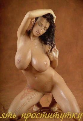 Кармелитта - мастурбация члена грудью